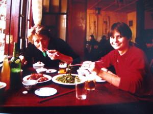 Francis y Daniéle almorzando en la zona vieja de Shangai en 1981.
